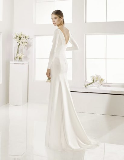 Стильное свадебное платье прямого кроя со съемными рукавами и V-образным вырезом на спине.