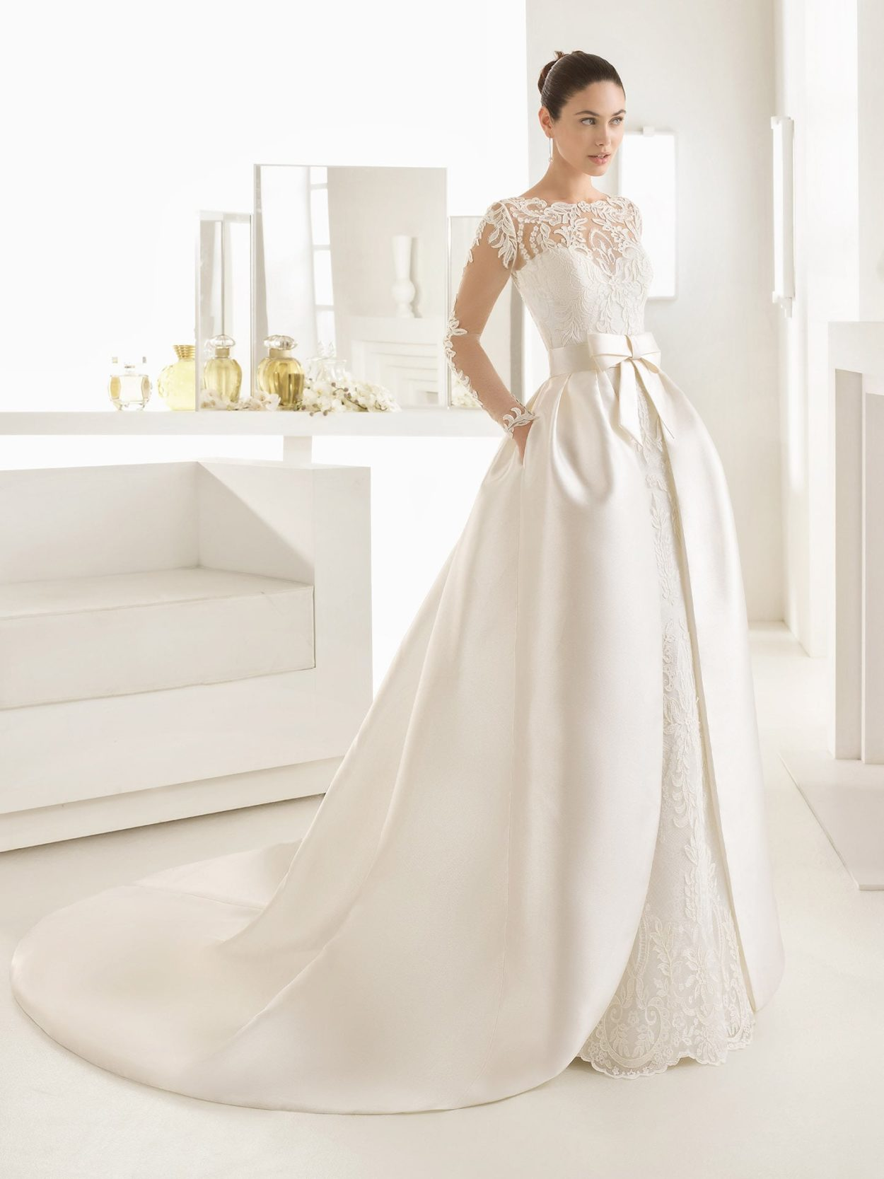 Свадебное платье с розой на юбке