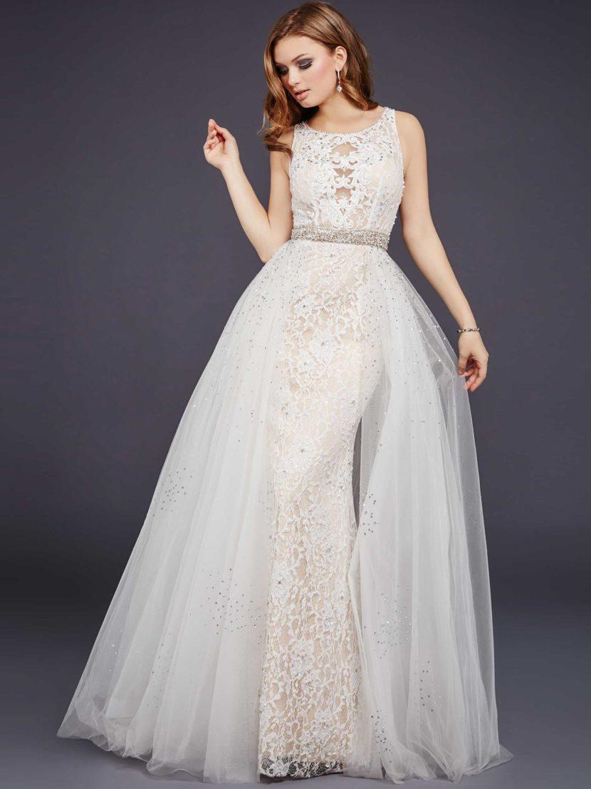 Белое вечернее платье с пышной верхней юбкой и чувственным вырезом на спинке.