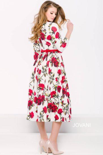 Незабываемое вечернее платье с ярким рисунком, юбкой до середины икры и длинным рукавом.