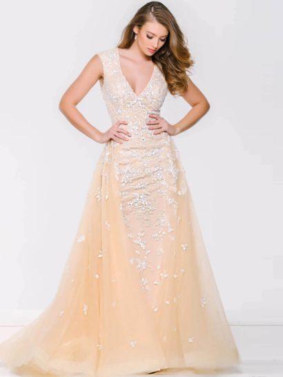 Великолепное вечернее платье нежного желтого оттенка, декорированное белыми аппликациями, позволит создать самый яркий и незабываемый образ для выпускного.  Глубокий V-образный вырез, обрамленный широкими бретелями, придает образу женственную соблазнительность, которую подчеркивает и декольте «замочная скважина» на спинке.  Дополняет образ роскошная верхняя юбка из тонкой полупрозрачной ткани, спускающаяся по бокам и сзади подола.