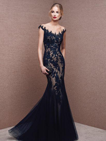 Стильное вечернее платье с оригинальным силуэтом «русалка», подчеркнутым полупрозрачным синим верхним слоем ткани по низу подола, располагающимся плотными вертикальными волнами. Элегантная бежевая подкладка оттеняет кружевную чернуюткань, покрывающую платье полностью. Выразительный V-образный вырез декольте подчеркивает изящную форму шеи, на спинке вырез оформлен тонкой полупрозрачной вставкой.