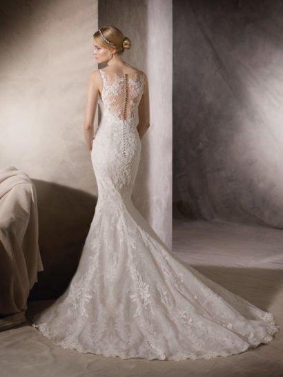 Кружевное свадебное платье «русалка» с полупрозрачной вставкой сзади и объемным шлейфом.