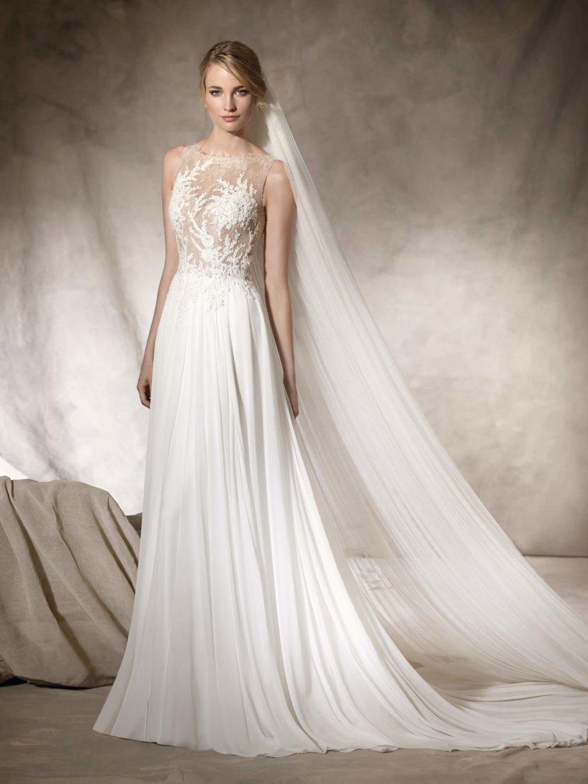 Прямое свадебное платье с кружевным верхом на элегантной бежевой подкладке.
