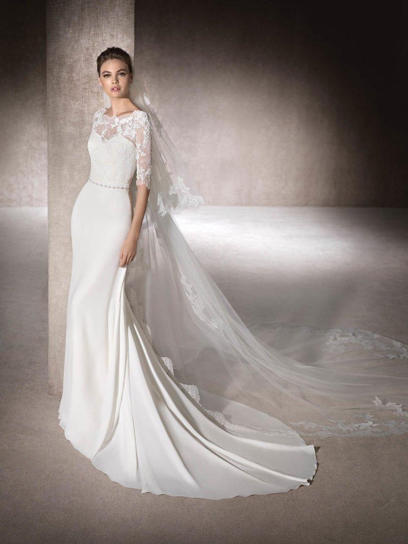 Изысканное свадебное платье прямого кроя с открытой спинкой и кружевными рукавами.