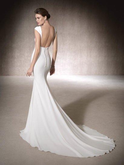 Стильное свадебное платье «русалка» в лаконичном стиле, с открытой спинкой и длинным шлейфом.