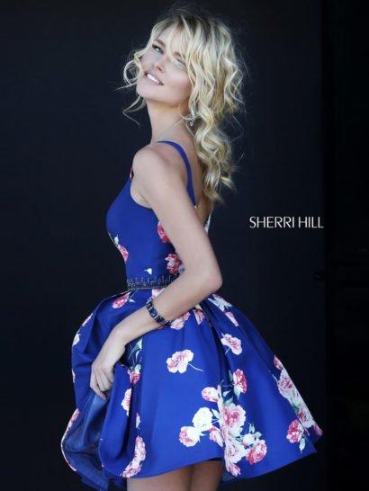 Синее выпускное платье с пышной короткой юбкой и бисерным поясом.