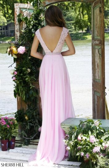 Нежное вечернее платье прямого кроя с кружевным верхом.