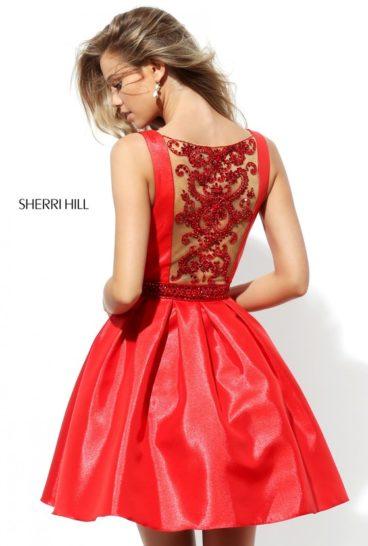 Короткое вечернее платье красного цвета с тонкой вставкой на спине.