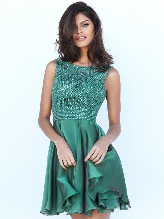 Короткое выпускное платье изумрудного цвета с открытой спиной.