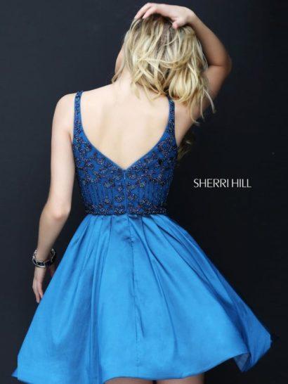Короткое вечернее платье с бисерным декором верха.
