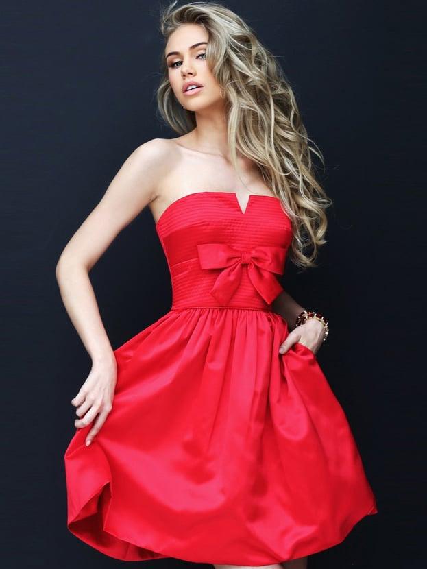 Короткое вечернее платье красного цвета с открытым лифом.