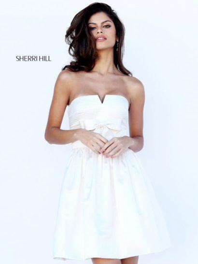 Белое вечернее платье с бантом под лифом и короткой юбкой.