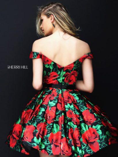 Выпускное платье с короткой юбкой, из ткани с крупным принтом.