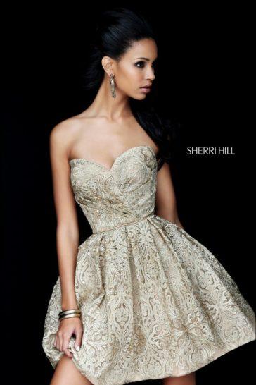 Открытое вечернее платье из плотной золотистой ткани с объемной фактурой.