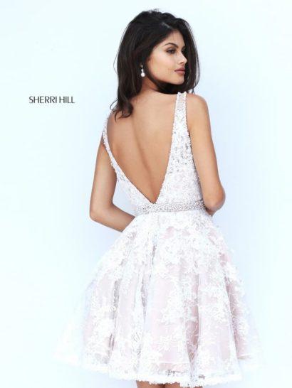 Короткое вечернее платье белого цвета с открытой спинкой.