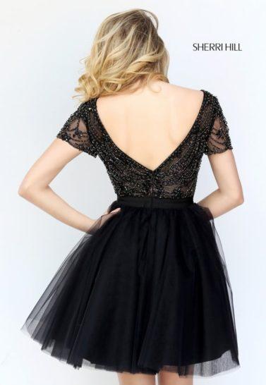Короткое черное вечернее платье с бисерным декором верха.