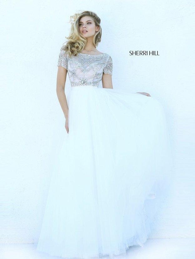 Белое выпускное платье со стразами по верху и открытой спинкой.