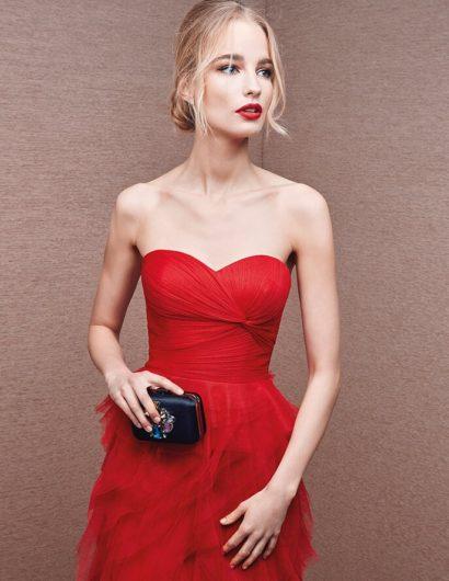 Красное вечернее платье с лифом в форме сердца и оборками по подолу.