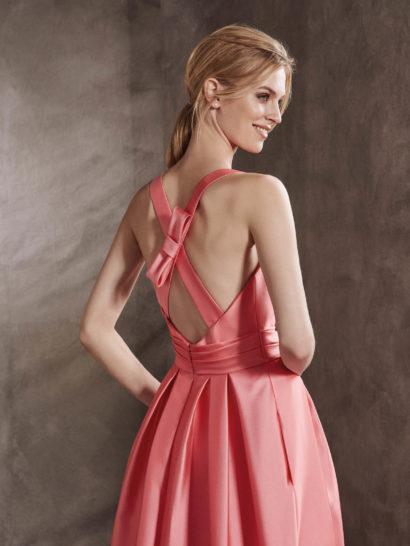 Розовое коктейльное платье с пышной юбкой и оригинальным декором спинки.