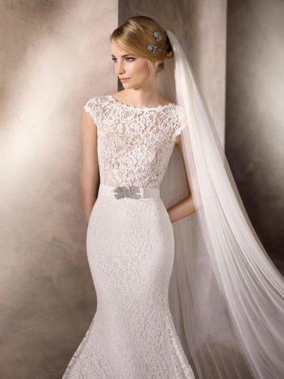 Свадебное платье «русалка» с кружевным декором и изящным поясом.