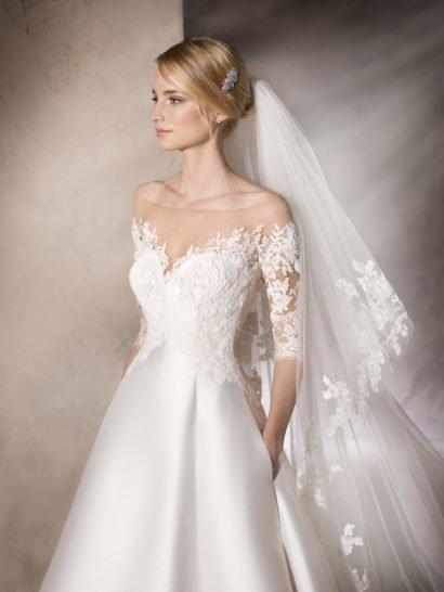 Свадебное платье «принцесса» с кружевным верхом и шелковой юбкой.