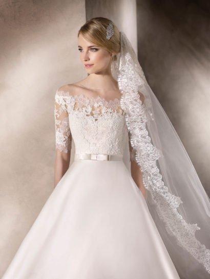 Изысканное свадебное платье А-силуэта с кружевным верхом.