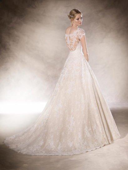 Свадебное платье «принцесса» с кружевным декором верха.