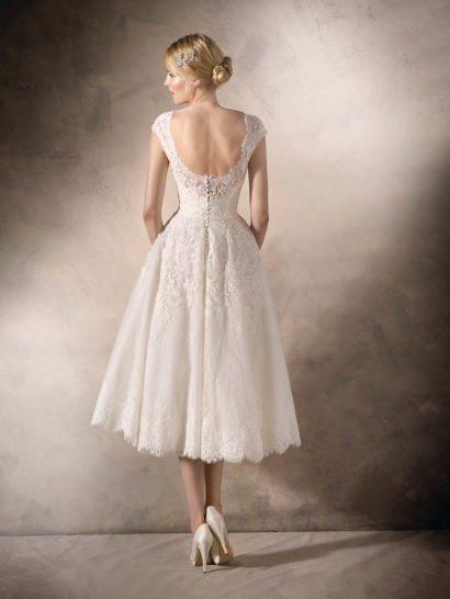 Короткое свадебное платье с кружевным декором и открытой спинкой.