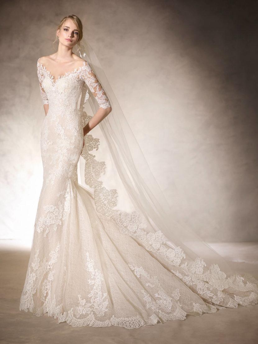 Облегающее свадебное платье «русалка» с отделкой кружевом и стразами.