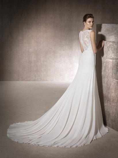 Закрытое свадебное платье с кружевной вставкой на спинке.