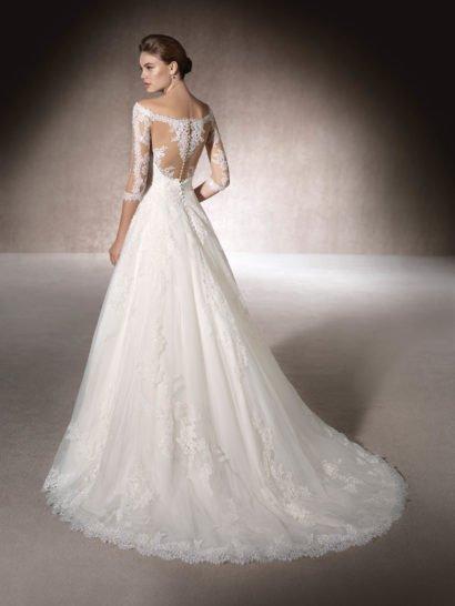 Свадебное платье А-силуэта с отделкой кружевом и гипюром.