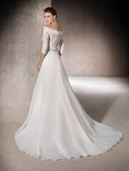 Прямое свадебное платье со сверкающим поясом и открытым верхом.