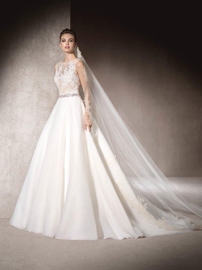 Роскошное свадебное платье «принцесса» с кружевным верхом.