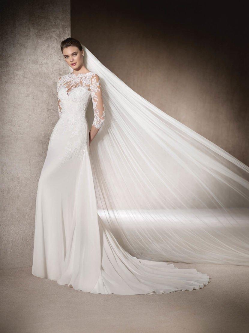 Облегающее свадебное платье с кружевным верхом и шлейфом.