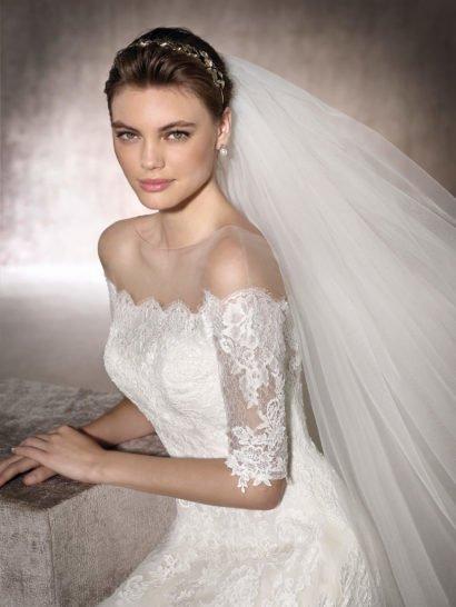 Кружевное свадебное платье «принцесса» с портретным декольте.