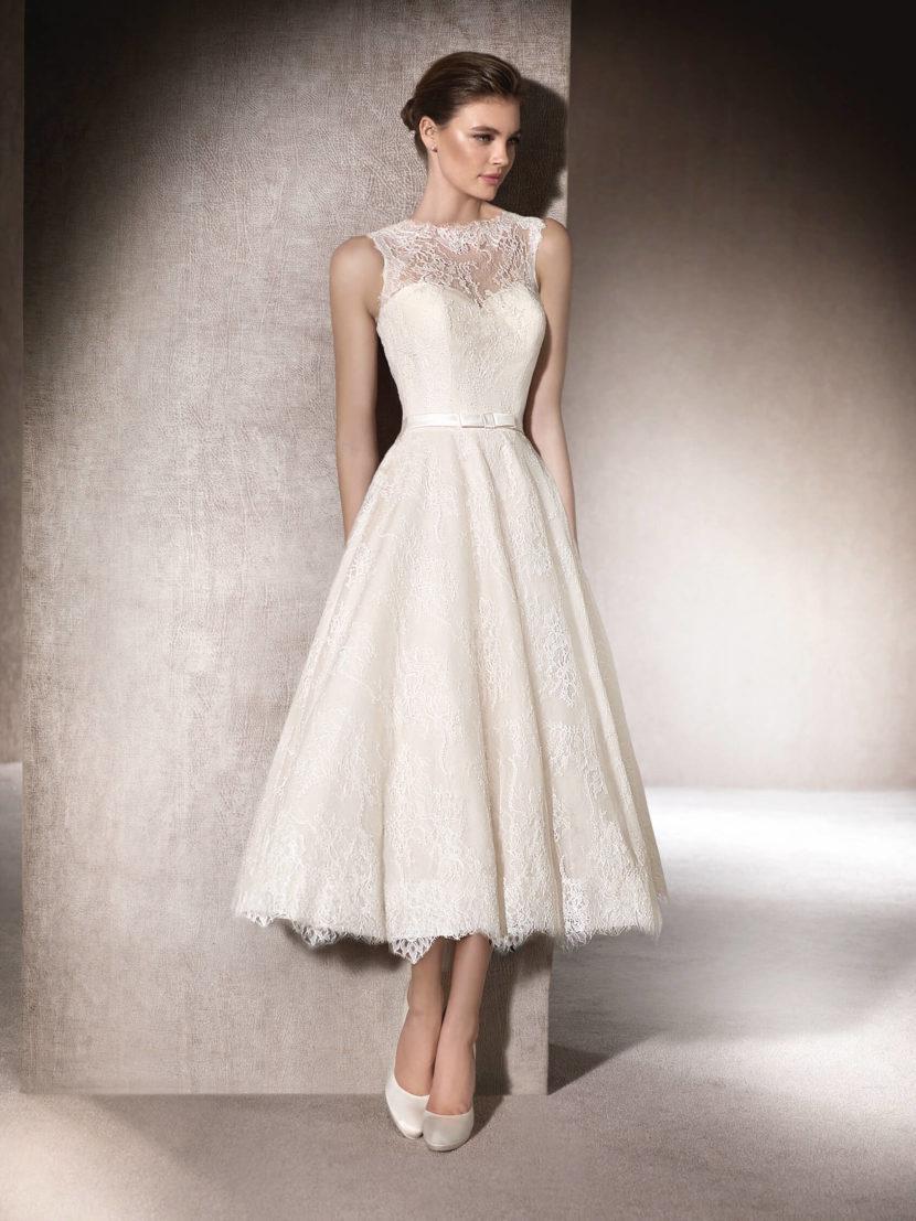 Короткое свадебное платье с кружевной отделкой и поясом с бантом.
