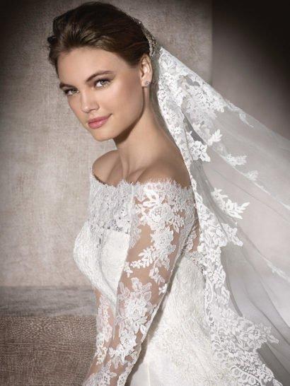 Сияющее свадебное платье с портретным вырезом.