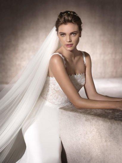 Свадебное платье «русалка» с прямой линией декольте и кружевными бретелями.