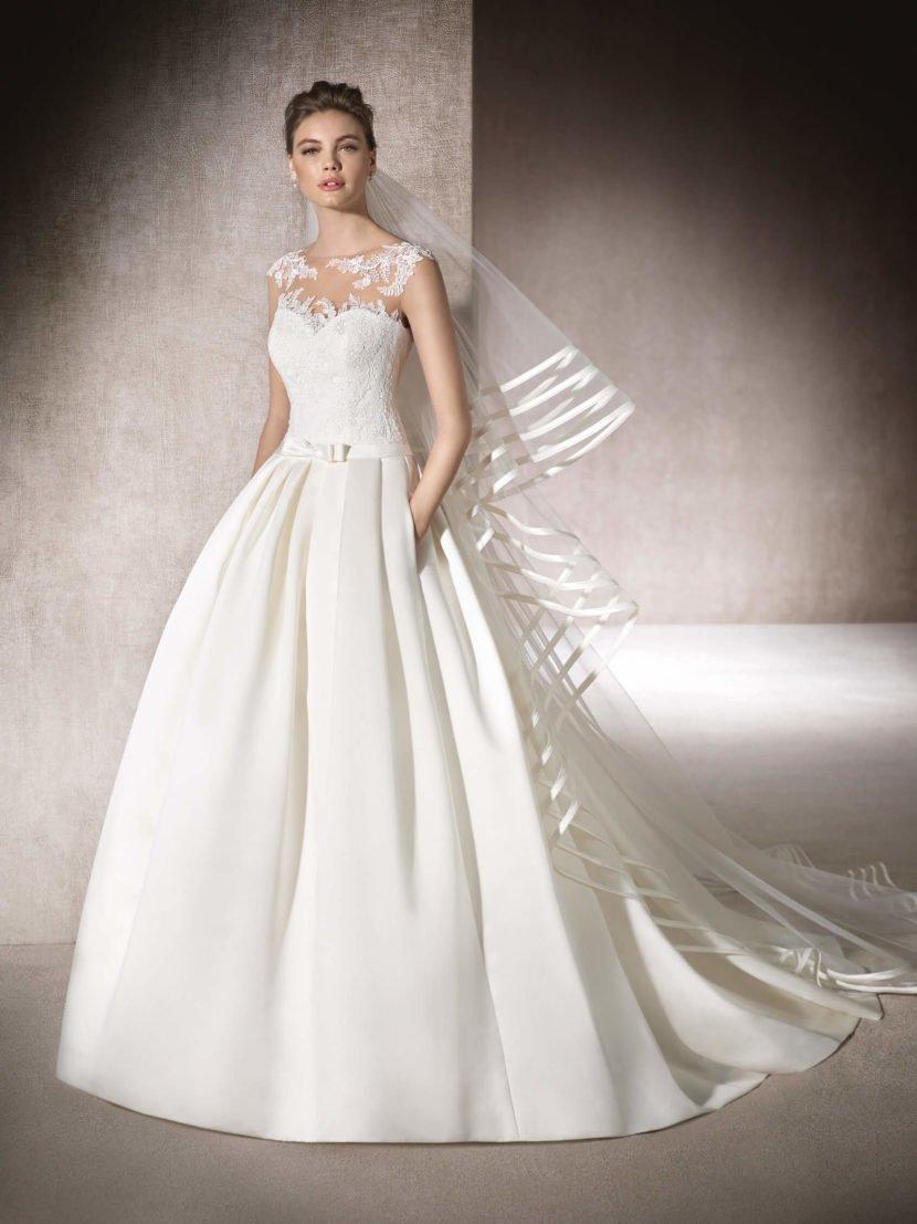 Свадебное платье «принцесса» с кружевным декором верха и спинки.