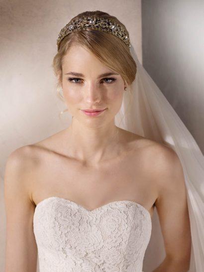 Соблазнительное свадебное платье с кружевным декором и открытым декольте.