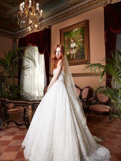 Свадебное платье с сияющей вышивкой по лифу и пышной кружевной юбкой.