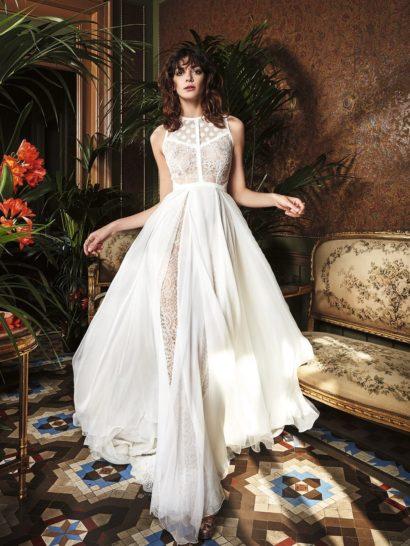 Потрясающее свадебное платье впечатляет изысканным сочетанием фактур и тканей, складывающихся в очень оригинальную комбинацию.  Верх оформлен двумя видами кружева, на области декольте это тонкая ткань в горошек, а ниже – романтичное кружево с цветочным узором, которое используется в качестве вставки и на легкой юбке из креп-жоржета.  Прямой крой и отсутствие рукава позволяют дополнять образ любыми аксессуарами.  Свадебные платья Yolan Crisэксклюзивно представлены в салоне Виктория  Примерка платьев Yolan Cris —платная
