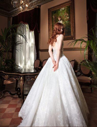 Очаровательное свадебное платье из кружевной ткани с глубоким декольте.