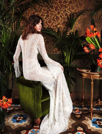 Прямое свадебное платье с расширяющимися книзу рукавами и отделкой пайетками.
