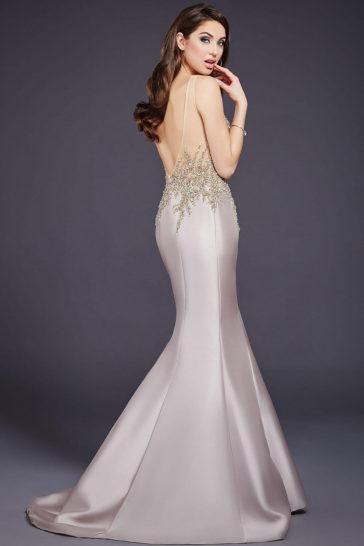 Бежевое вечернее платье «русалка» со сверкающей вышивкой и небольшим шлейфом.