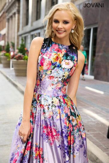 Вечернее платье с цветочным узором и юбкой А-силуэта с небольшим шлейфом сзади.