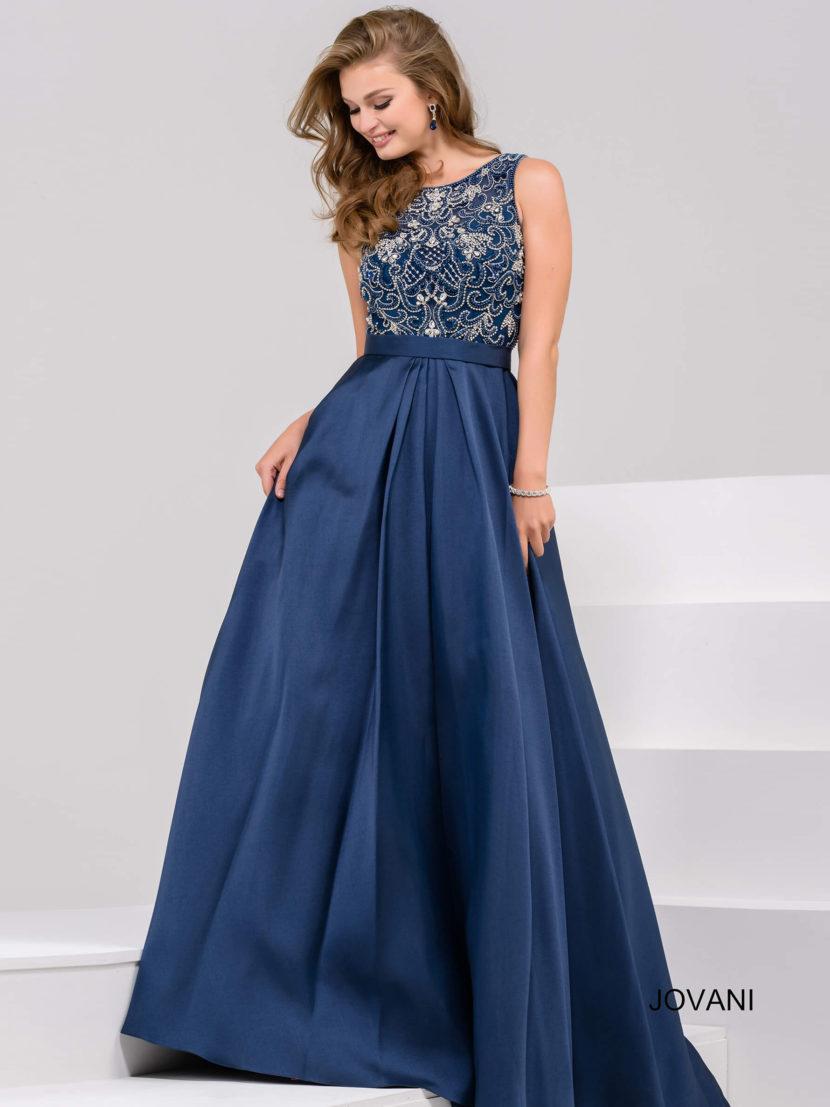 Вечернее платье синего цвета с юбкой А-силуэта и бисерной вышивкой по лифу.