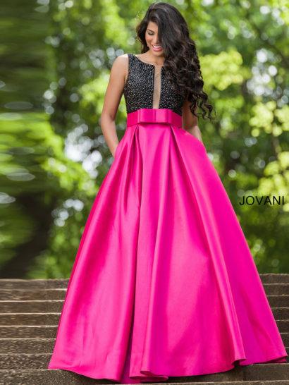 Это выпускное платье обязательно запомнится всем.  Оно привлекает внимание драматичной комбинацией черного цвета и насыщенного оттенка фуксии.  Глубокий вырез до самой талии дополняет лиф, как и вышивка крупным бисером в тон.  На талии – необычный широкий пояс с объемным бантом.  Юбку «принцесса» дополняют вертикальные складки и скрытые карманы.