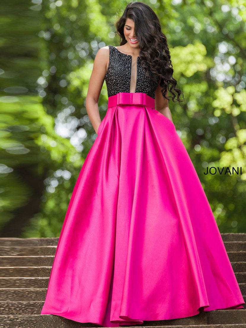 Закрытое выпускное платье с лифом черного цвета и розовой юбкой А-силуэта.